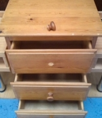 Chest of drawers with handle missing